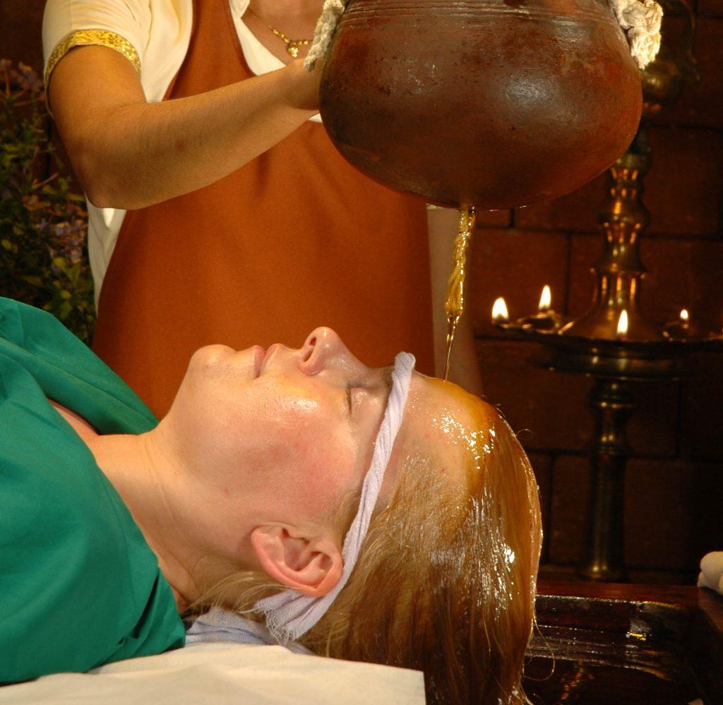 Dhara la pratica in cui si versano oli caldi medicati o decotti di erbe caldi su tutto il corpo
