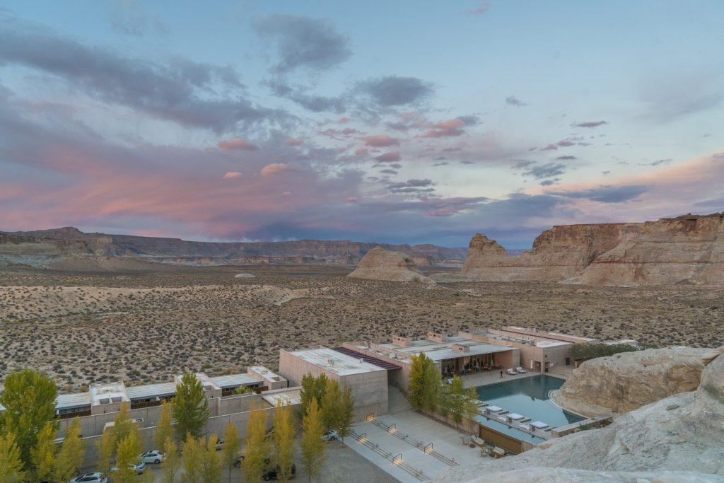 Amangiri, oasi del benessere tra i canyon americani Aman è una delle catene più luxury del mondo, eppure ancora una volta riesce a sorprendere con l'Amangiri, una perla di design minimalistico adagiato nel paesaggio quasi soprannaturale del sud dello Utah, incastonato tra le rocce dei canyon e la sabbia rossa del deserto.