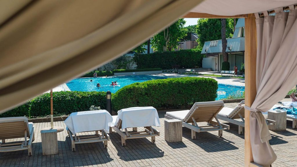 La piscina del MarePineta Resort 5 stelle a Milano Marittima - servizio di Serena Roberti - THALASSO & SPA Rivista di viaggi e benessere