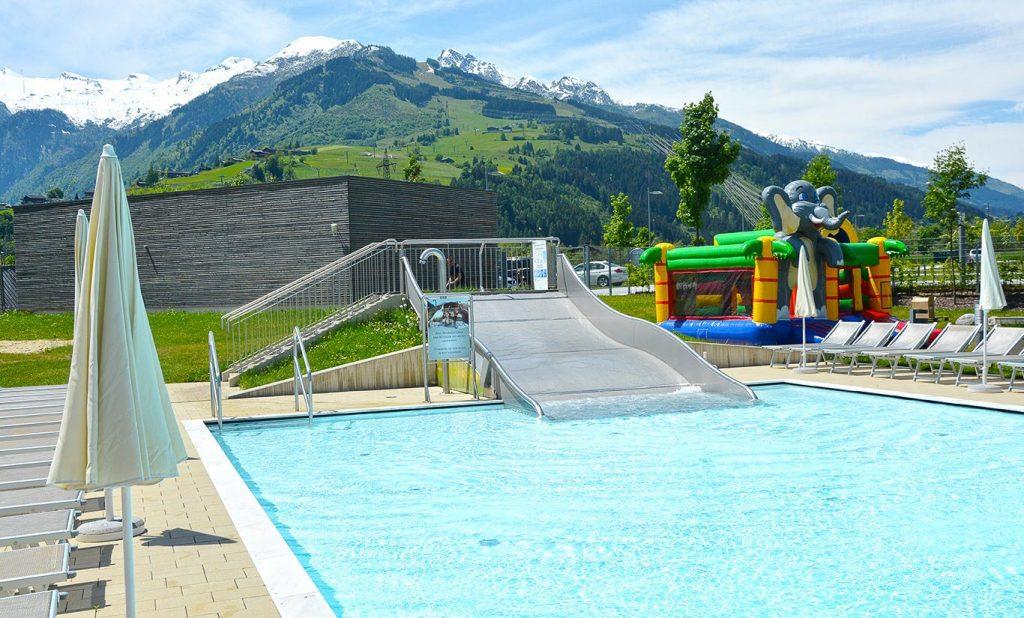 Piscina esterna con scivolo per bambini Austria Hotel Tauern - THALASSO & SPA La rivista del benessere